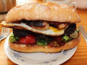 Bocadillo con huevo frito, vegetales y carne