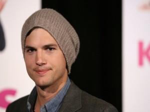 Ashton Kutcher con un gorro de lana