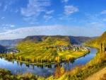 Pueblos y campos de cultivo a orillas de un río