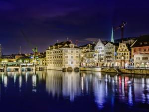 Edificios de una ciudad Suiza reflejados en el río