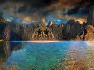 Agua, cielo y montañas