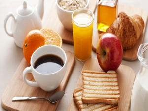 Tostadas y fruta para el desayuno