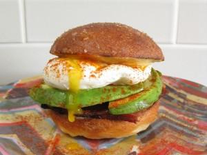 Hamburguesa con huevo y aguacate
