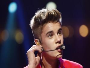 Justin Bieber cantando en un concierto