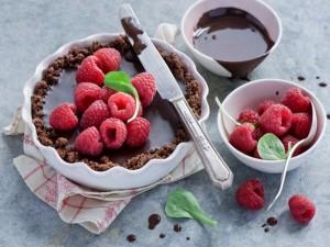 Pastel con frambuesas y chocolate