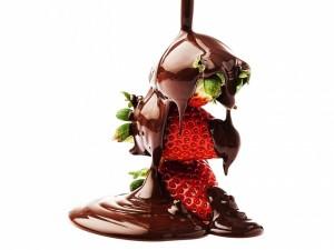 Cae chocolate sobre unas fresas