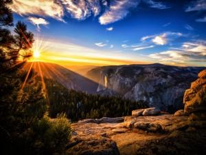 El sol de la mañana iluminando rocas y montañas
