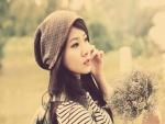 Chica sosteniendo un ramillete de flores