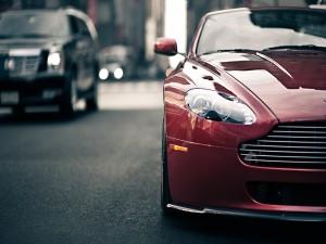 Aston Martin V8 en un atasco