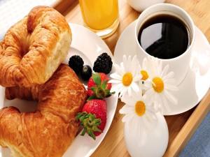 Margaritas junto a unos cruasanes para el desayuno