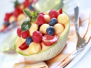 Frutas sobre medio melón