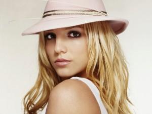 Britney Spears con un sombrero rosa