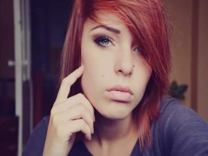Chica con un piercing en la nariz