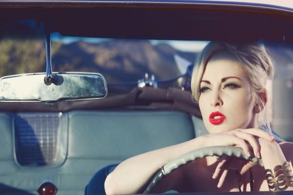 Mujer dentro de un coche