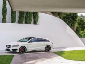 Mercedes CLA 45 AMG blanco en un garaje