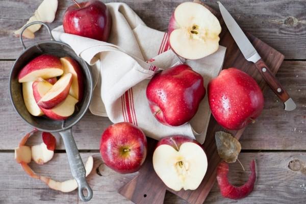 Cortando unas manzanas rojas