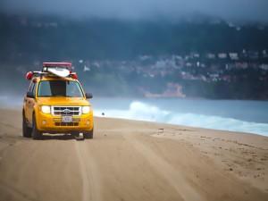 Coche de salvamento en una playa
