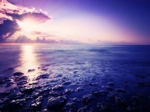Un bonito cielo sobre el agua