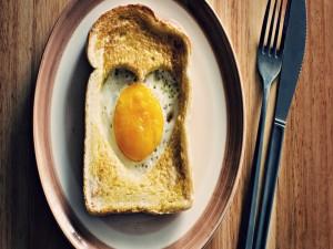 Huevo en el corazón de un sándwich