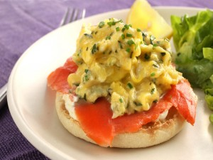 Bagel con salmón y huevo