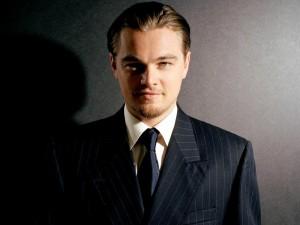 Leonardo DiCaprio con traje y corbata
