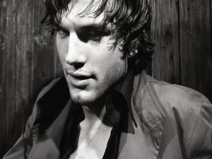 Ashton Kutcher seductor en una imagen en blanco y negro