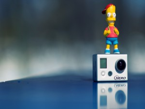 Muñeco de Bart Simpson sobre una cámara Hero