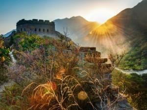Los rayos de sol iluminan la Gran Muralla China