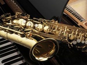 Saxofón sobre un piano