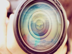 Paisaje reflejado en el objetivo de una cámara