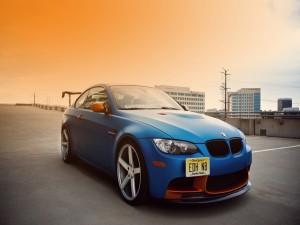Un bonito BMW E92 M3 de color azul y naranja
