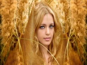 Chica con un manto dorado sobre la cabeza
