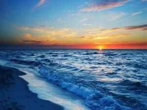 Amanece en el horizonte del mar