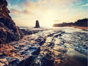 Formaciones rocosas en una pequeña playa