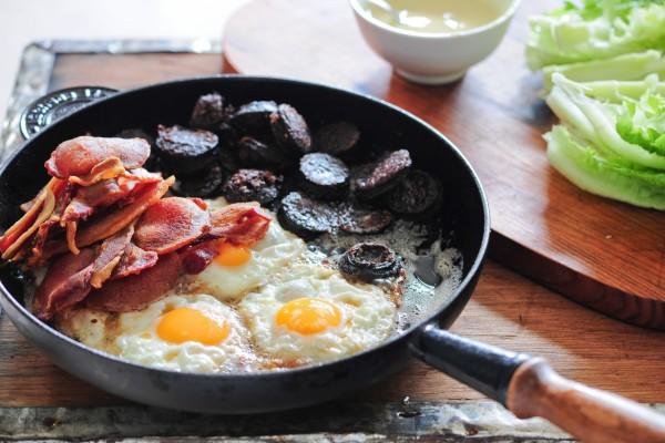 Sartén con huevos, morcilla y lomo