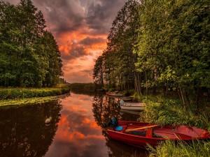 Barcas en la orilla de un río