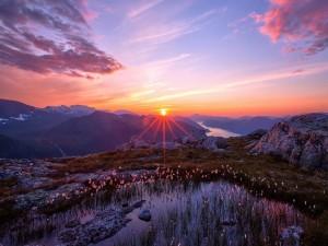 Bello amanecer tras las montañas