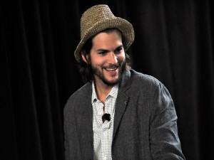 El actor Ashton Kutcher con sombrero