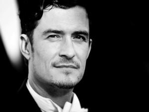 El guapo Orlando Bloom en blanco y negro