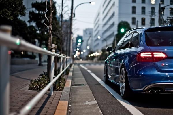 Un Audi S4 de color azul