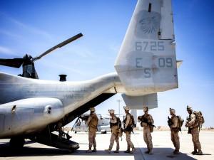 Soldados embarcando en un Bell-Boeing V-22 Osprey