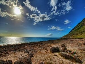 El sol ilumina una playa solitaria
