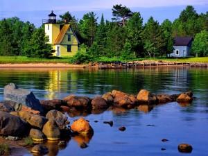 Casa faro en la orilla del lago