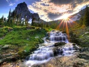 Agua fluyendo bajo las montañas