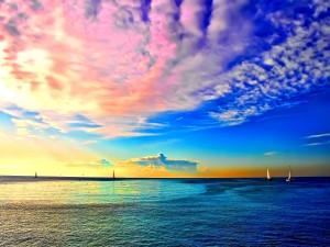 Barcos en el océano al amanecer