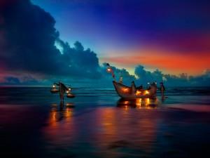 Pescadores al amanecer a orillas del mar