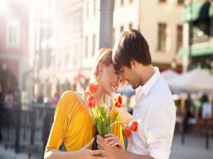 Chico regalando tulipanes a su amada