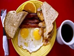 Plato con huevos, patatas y beicon
