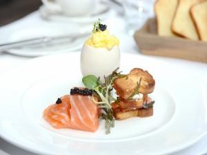 Un huevo con salmón
