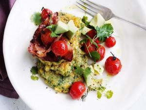 Buñuelos de maíz con tomates cherry y aguacate